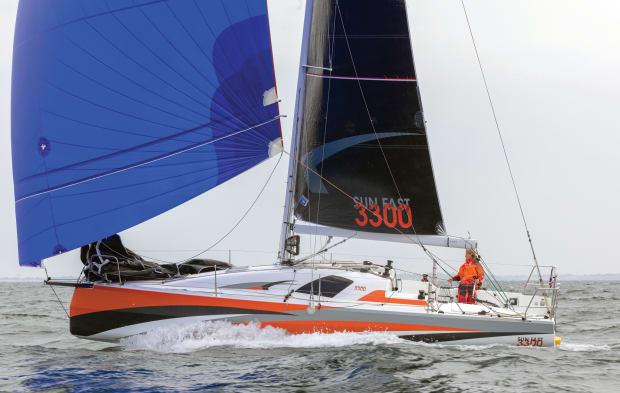 01-Jeanneau-SF3300-Jean-Marie_LIOT-reaching