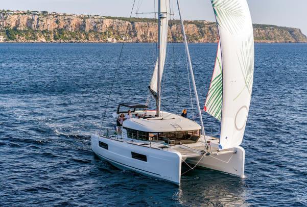 05-Lagoon-40-sailing