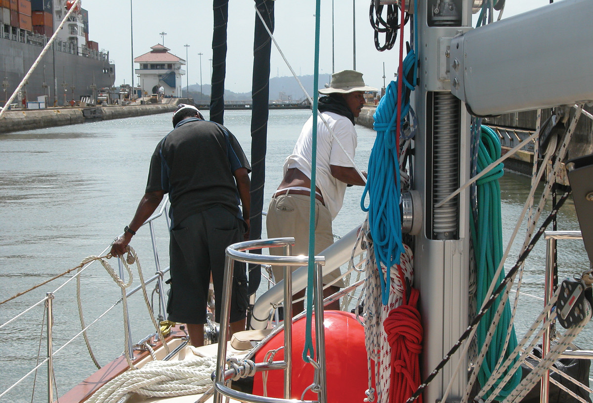 Panamanian line handlers at work