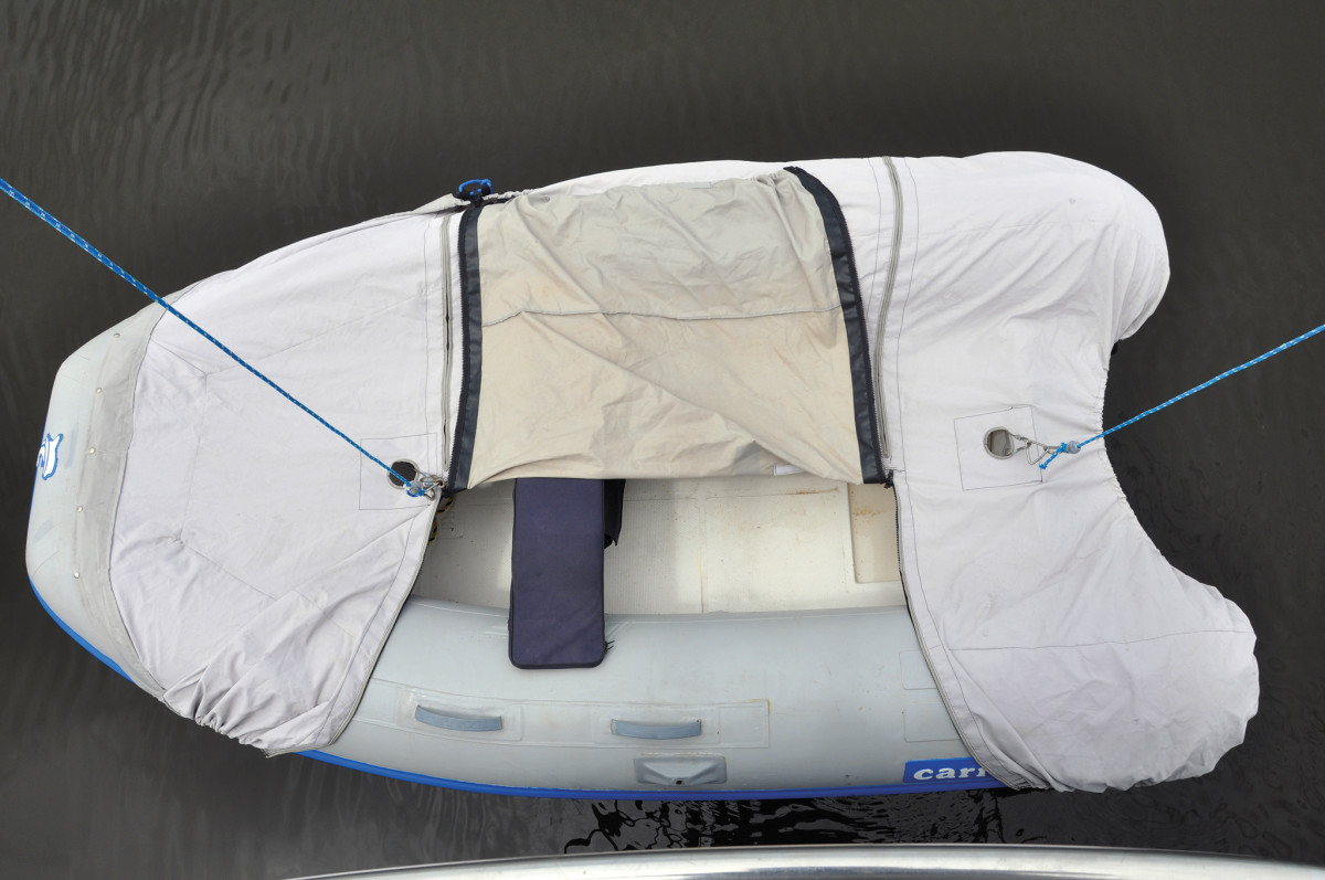 With the zipper flap it's possible to stand in the boat while putting the cover on
