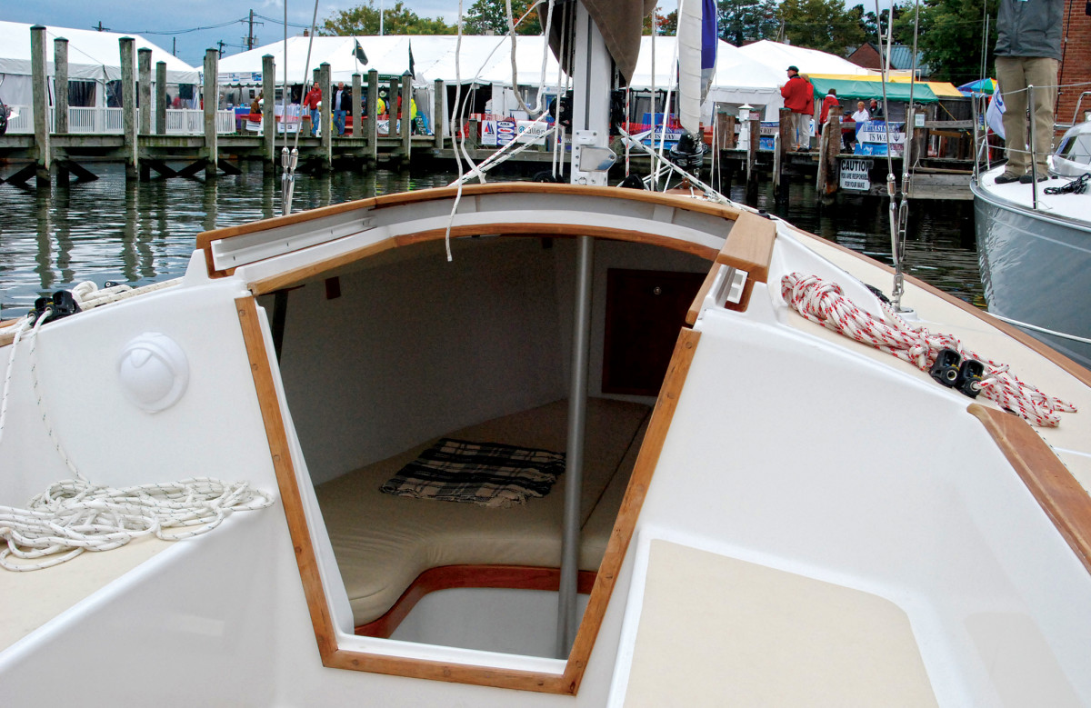 Note how much smaller the compression post is compared to the deck-stepped mast aboard this daysailer/weekender